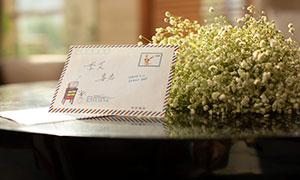 放在桌上的花束与信件特写摄影原片