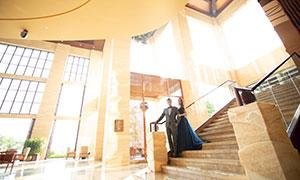 身靠著樓梯扶手的人物婚紗原片素材