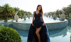 双手提裙摆的长发美女婚纱摄影原片