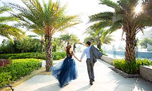 开心大步走的情侣人物婚纱摄影原片
