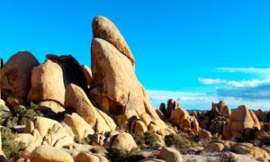 蓝天下的光滑的石头高清摄影图片