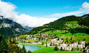瑞士铁力士山村庄森?#20013;?#38215;摄影图片