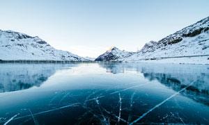 冬季结冰的湖面高清摄影图片