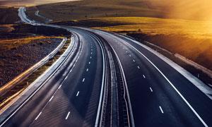 黄昏下的高速公路美景摄影图片