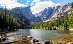 蓝天白云下山间湖泊美景摄影图片