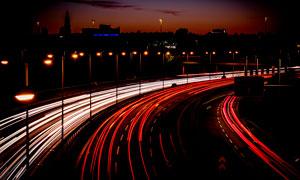 夜色下的城市道路光影摄影图片