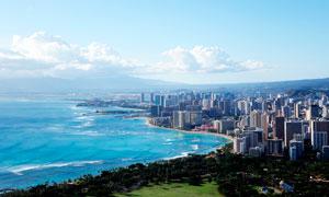 蓝天白云下的美丽城市摄影图片