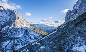 蓝天下的大山雪景高清摄影图片