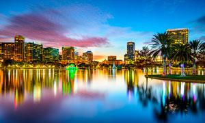 城市中湖边建筑美丽夜景摄影图片