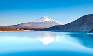 日本富士山脚下的美丽湖泊摄影图片