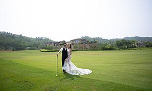 青青草地球场上的人物婚纱原片素材