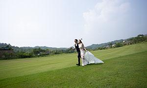 快步走在草地上的恋人婚纱摄影原片