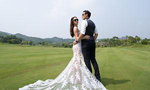 球场上的墨镜男女人物婚纱摄影原片
