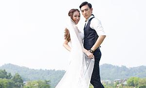 草地上情侣男女人物婚纱照摄影原片