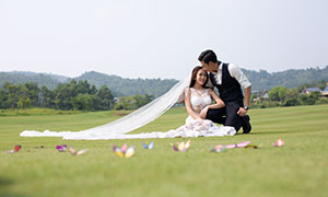 在草场上的恋人婚纱主题摄影原片素材