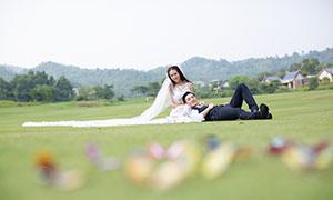 草坪上的俊男美女人物婚纱原片素材