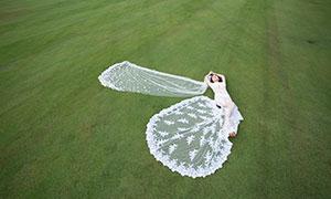 躺在草地上的美女人物婚纱摄影原片