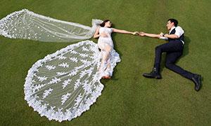躺草地上手拉手的恋人婚纱摄影原片