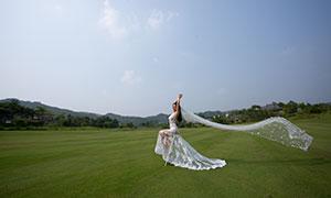 在草坪人字椅上的美女婚纱摄影原片