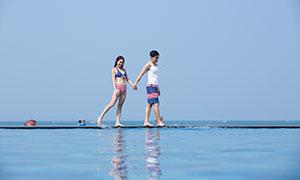 手拉手的情侣人物海景摄影高清原片