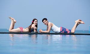 趴水边的情侣人物高清摄影写真原片