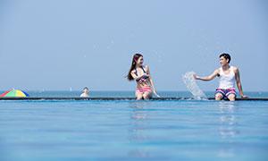 在嬉戏玩水的情侣人物写真摄影原片