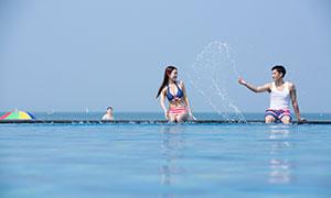 在水边玩水的情侣人物摄影原片素材