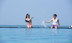 戴墨镜玩水的情侣人物摄影原片素材