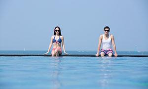 坐水边的墨镜情侣男女人物写真原片