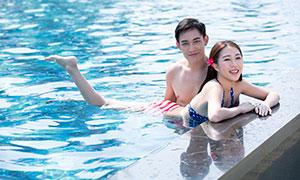 在游泳池中的情侣人物写真主题原片