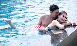 泳池水中情侣男女人物摄影原片素材