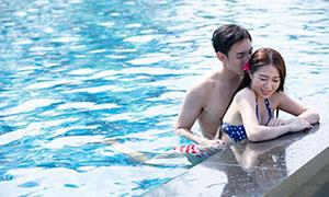泳池中的开心情侣人物写真摄影原片