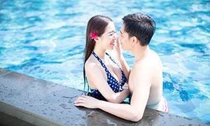 泳池中的亲密情侣人物写真摄影原片