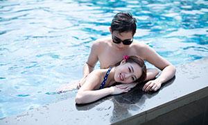 水波荡漾泳池情侣人物写真摄影原片