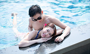 开心笑容美女帅哥泳装写真摄影原片
