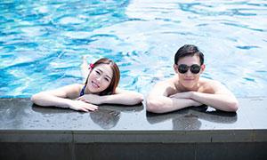 靠着泳池边的情侣人物写真摄影原片