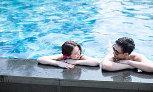 泳池边聊天的情侣人物写真摄影原片