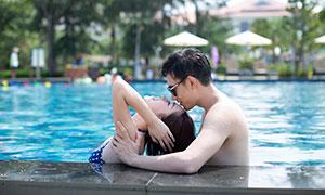 泳池中流连的情侣写真摄影高清原片