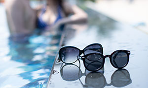 游泳池边上的一对墨镜特写摄影原片