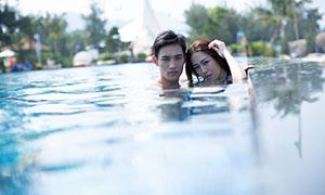 水中只露出脑袋的情侣写真摄影原片