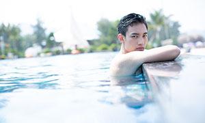 游泳池中白净男子写真摄影原片素材