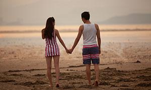 沙滩上手拉着手的情侣人物摄影原片