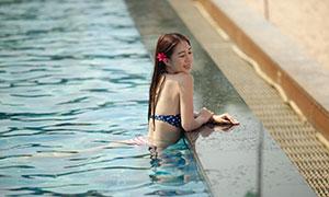 游到泳池边的开心美女写真摄影原片