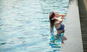 泳池中整理头发的美女写真摄影原片