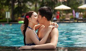 泳池中接吻的男女人物摄影原片素材