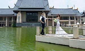 帅哥与手拿捧花的美女外景婚纱原片