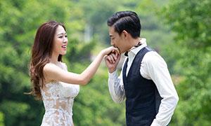 在亲吻爱人之手的男士婚纱摄影原片
