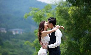 拥抱在一起亲吻的情侣人物婚纱原片
