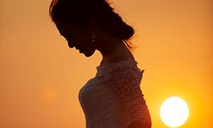黄昏夕阳下的美女婚纱摄影高清原片