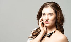 佩戴着项链的卷发美女模特摄影原片